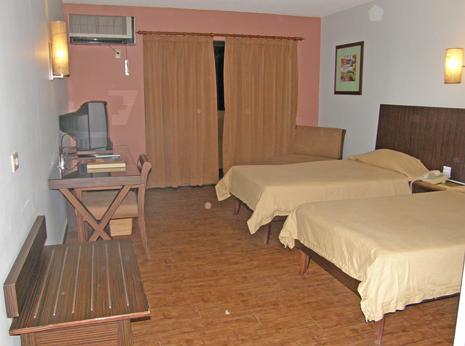 500室を超える規模のホテルはグアムで唯一なんだそうですが、プールはあるもののとても小さく、いわゆるリゾートホテルというよりもビジネスホテルに近いファシリティ