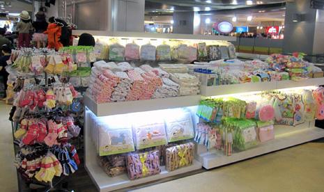 bd45ddb90ef46 ドレスやカワイイ赤ちゃん用品もいっぱい. それでは、いざ子供服売り場へ。 子供服売り場はおもに5階にあり、女の子の雑貨や赤ちゃん用品のお店などが入っ  ...