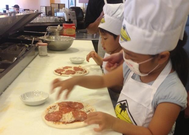 【グアムぐらし167】「カリフォルニア・ピザ・キッチン」のキッズツアー(ピザづくり体験プログラム)に参加してみたよ〜っ