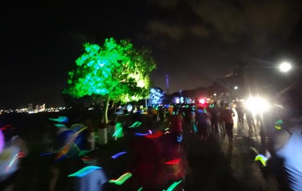 【グアムぐらし175】打ち上げ花火を眺めつつ歩く…グアムの夜がキラキラ輝く5キロランイベント「Parade of LIGHTS」は楽しいっ!